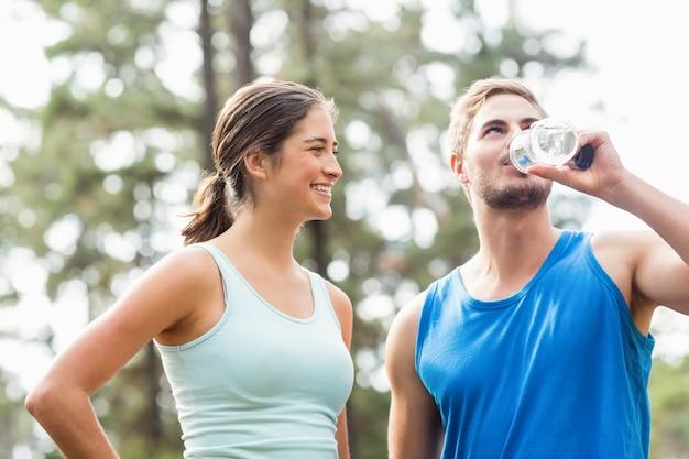 Corredores felizes bebendo água