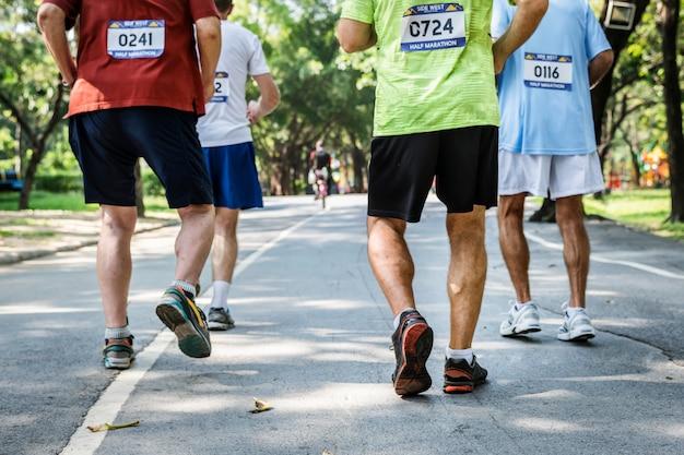 Corredores maduros correndo em uma corrida