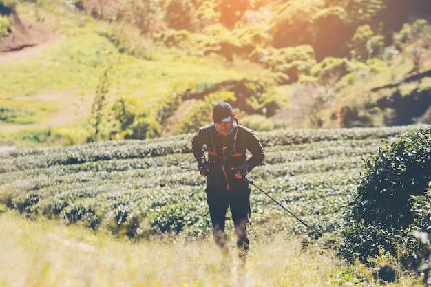 Corredores. trilha de jovens correndo em um caminho de montanha. trilha de aventura rodando em um estilo de vida de montanha.