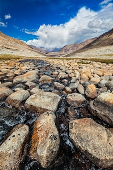 Córrego da montanha com pedras no himalaia