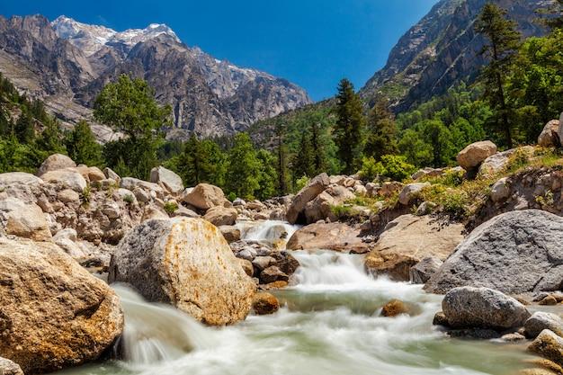 Córrego da montanha no himalaia.