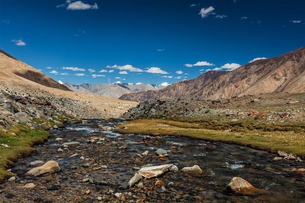 Córrego da montanha no himalaia