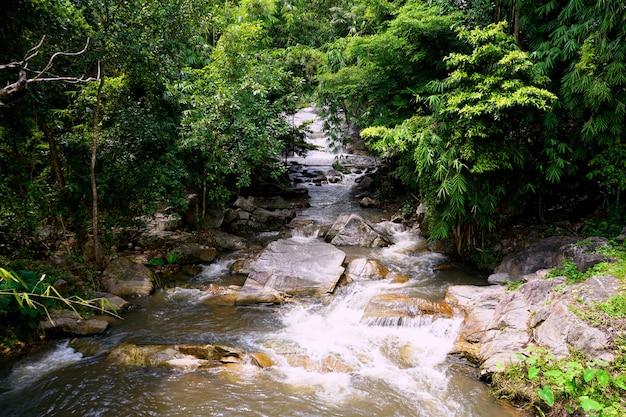Córrego do rio da cachoeira de kao chan em suan phueng, ratchaburi, tailândia.
