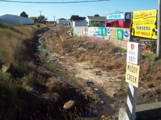 Córrego lamacento - meio rural decadente