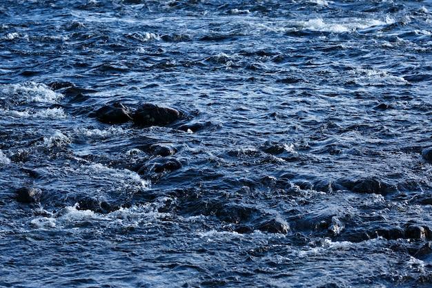 Córrego rápido de um rio de montanha