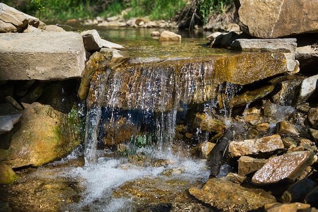 Córrego rochoso com cachoeiras nos cárpatos