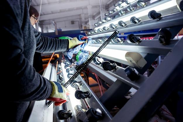 Correia transportadora para produção de uma janela. equipamento industrial.