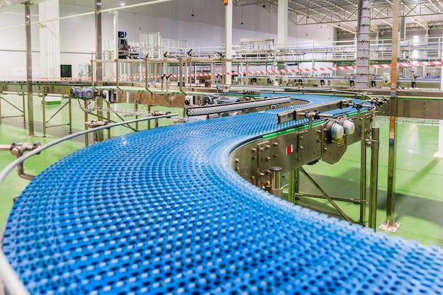 Correia transportadora vazia da linha de produção, parte do equipamento industrial