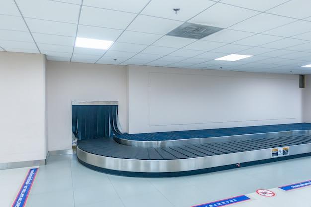 Correia transportadora vazia para transportar a bagagem de passageiros ou a bagagem no aeroporto