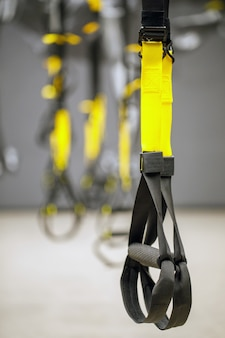 Correias de equipamento de loop de treinamento. equipamento de treinamento funcional preto sobre fundo cinza