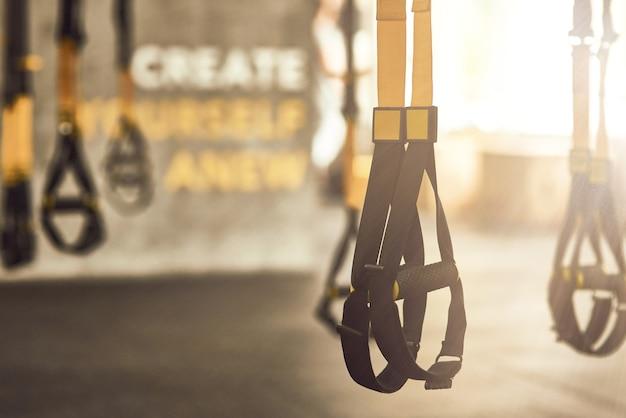 Correias de trx de fitness dentro de um equipamento de treinamento funcional de academia e acessórios esportivos