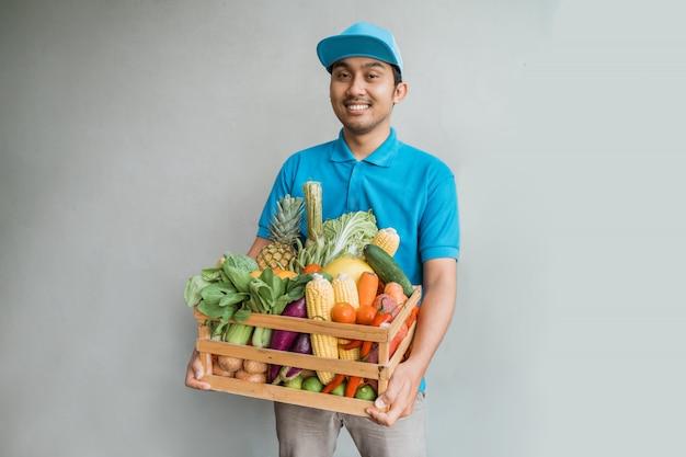 Correio de entrega masculino com compras de supermercado