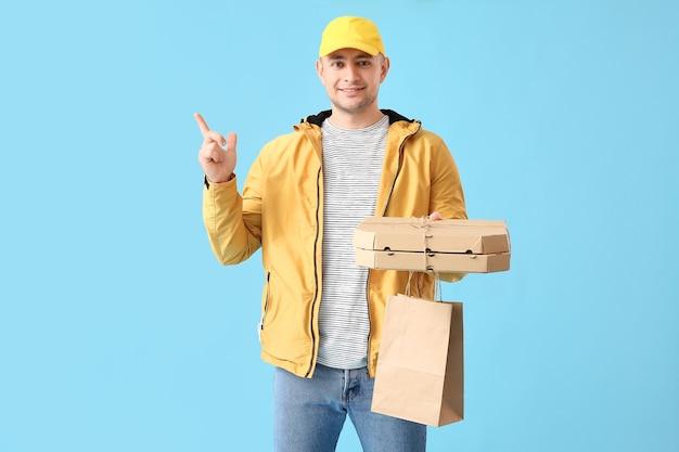 Correio de serviço de entrega de comida apontando para algo na superfície colorida