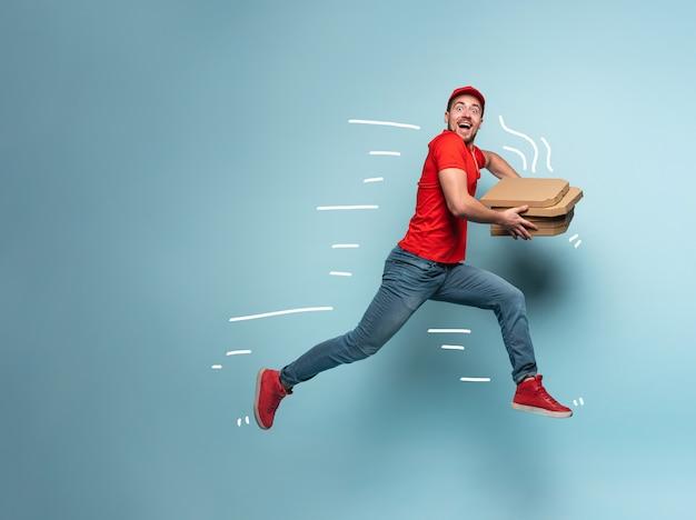 Correio entregando caixas com pizza