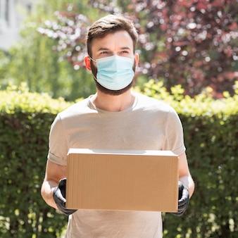 Correio entregando um pacote