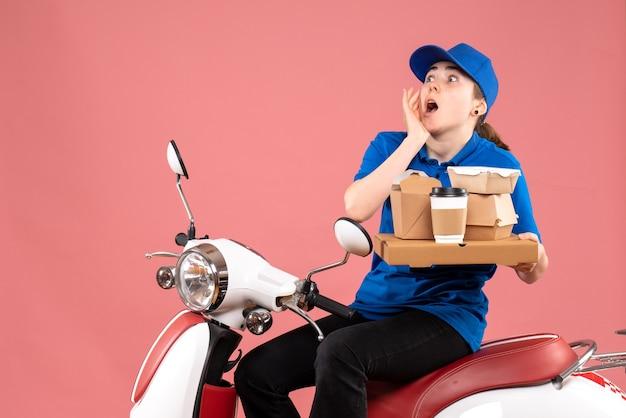 Correio feminino de vista frontal com pacotes de alimentos e caixas na cor rosa. trabalhador, entrega de comida, bicicleta, uniforme, serviço