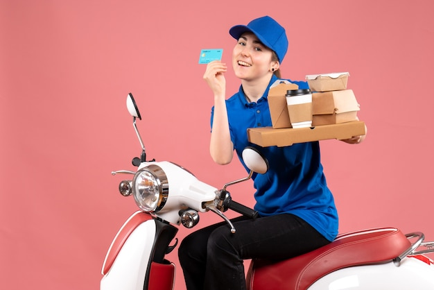 Correio feminino de vista frontal com pacotes de comida e cartão do banco na cor rosa trabalhador entrega de comida bicicleta uniforme serviço