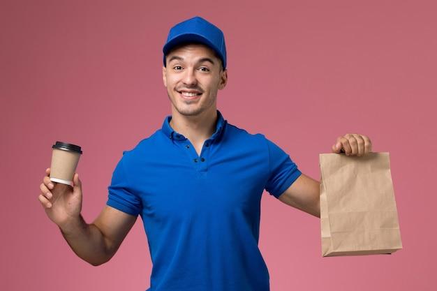 Correio masculino em uniforme azul segurando a xícara de café de entrega e um pacote de comida rosa, uniforme.