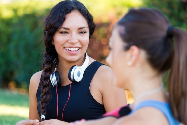 Correndo garotas se divertindo no parque.