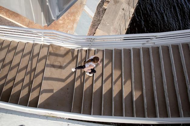 Correndo na bela escada da ponte