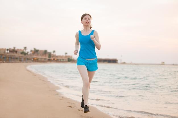 Correndo na costa do mar