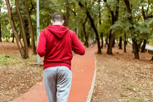 Correndo no outono. conceito de estilo de vida saudável.