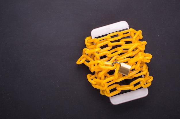 Corrente amarela trancada em volta do smartphone
