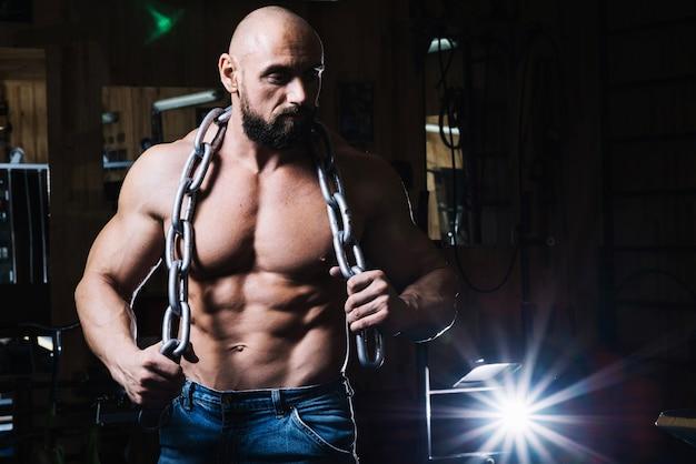 Corrente de exploração de homem musculoso calvo