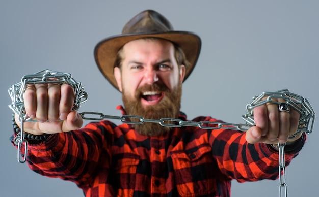 Corrente de metal homem gritando homem bravo com corrente de metal conceito de liberdade de dependência homem barbudo com