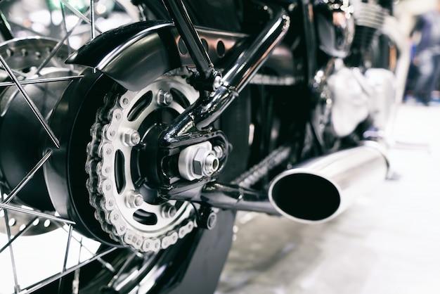 Corrente traseira de motocicleta com tubos de escape. vista traseira, de, um, motocicleta, com, a, foco, ligado, chai