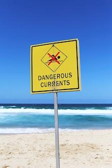 Correntes perigosas se propagam na praia em um dia ensolarado
