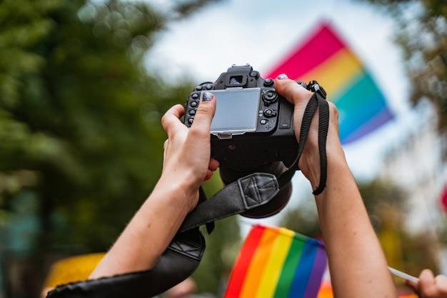 Correspondente tira foto durante a parada do orgulho gay