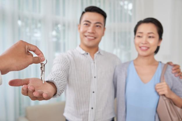 Corretor dando as chaves da casa