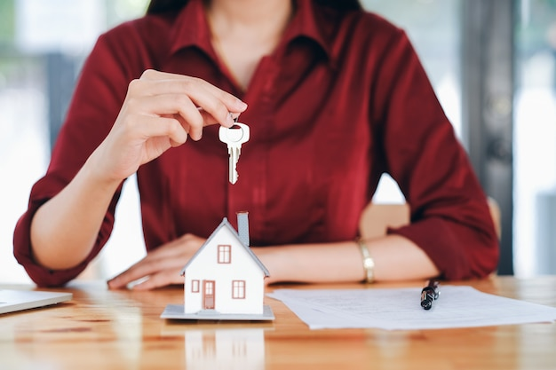 Corretor de imóveis contrato de aluguel de casa residencial.