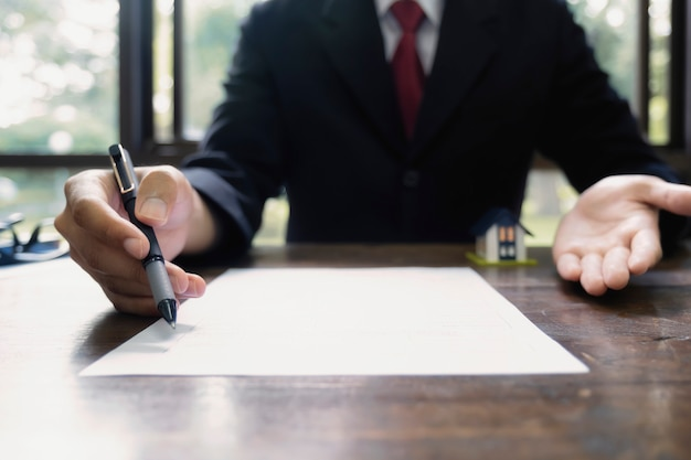Corretor de imóveis contrato de listagem de aluguel de casa residencial.