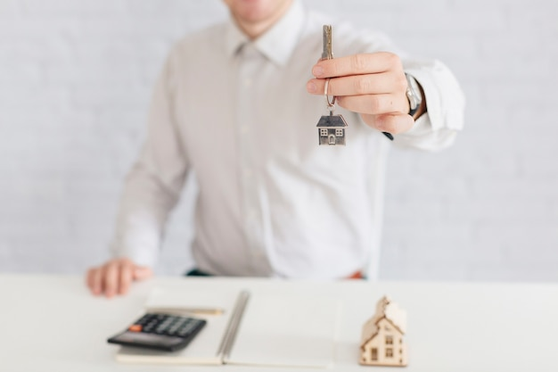 Corretor de imóveis de entrega dando chave