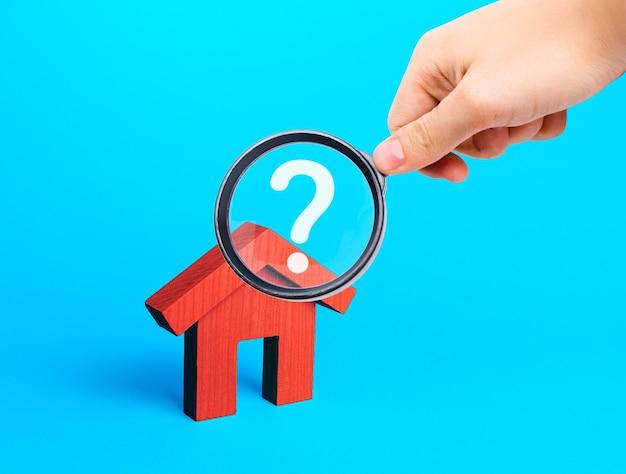Corretor de imóveis examina casas por meio de uma lupa análise do mercado imobiliário