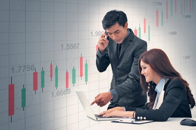 Corretor de negócios analise dados financeiros de gráficos de investimento para gráficos de negociação de ações com lucro.