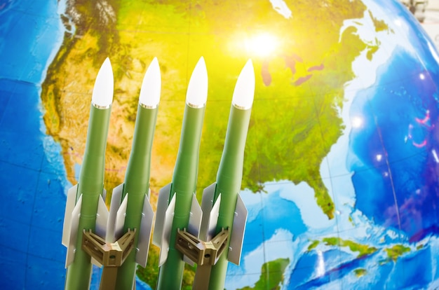 Corrida de armas, armas nucleares, a ameaça de guerra no mundo. foguetes no fundo da américa do norte.