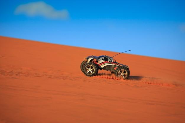 Corrida de caminhão de controle remoto em dunas de areia