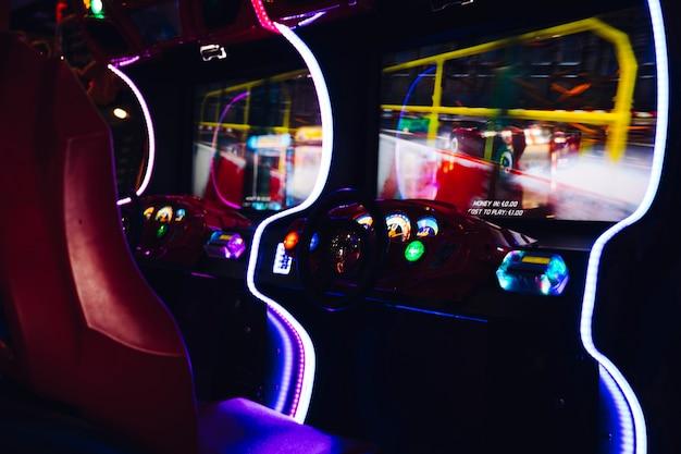 Corrida de jogo de arcade com luzes de néon