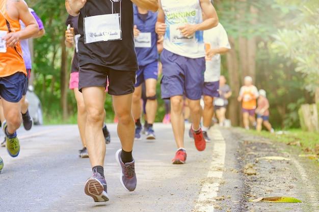 Corrida de maratona, as pessoas estão correndo na estrada, as pessoas estão se movendo