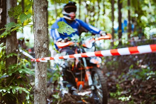 Corrida de mountain bike em pista de terra