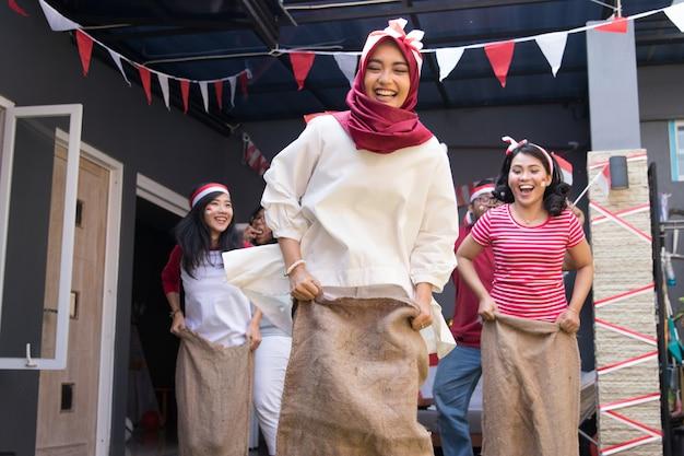 Corrida de sacos durante o dia da independência da indonésia