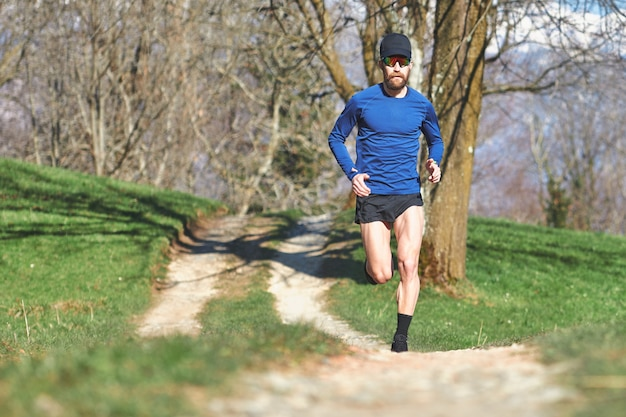 Corrida na estrada de terra do morro. um homem treina para a maratona ultar