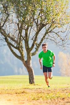 Corrida nas montanhas que um atleta treina no outono
