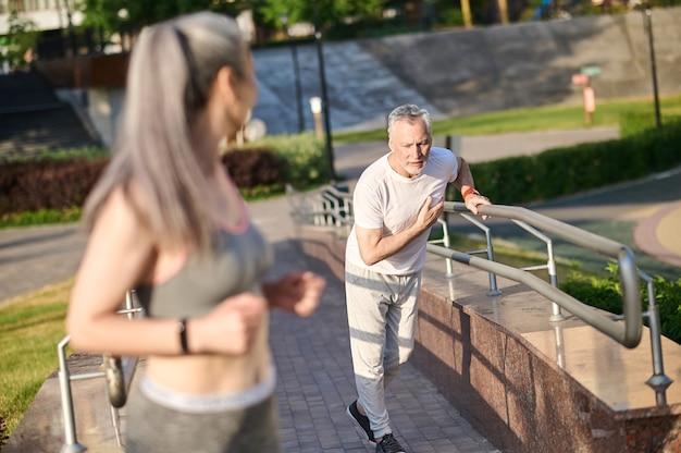 Corrida. um casal maduro fazendo sua corrida matinal no parque