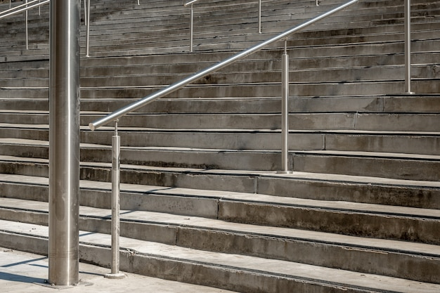 Corrimão de aço inoxidável design moderno escada enorme pedra entrada da cidade ao ar livre urbano
