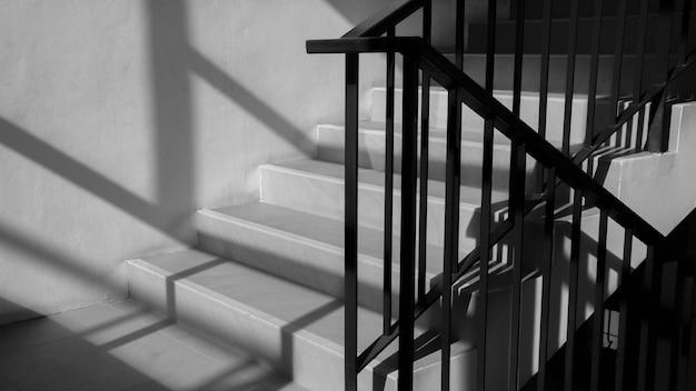 Corrimão de metal moderno na escada com sombra