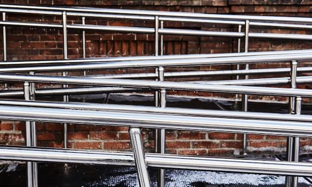 Corrimãos brilhantes de uma rampa moderna para deficientes físicos anexados ao antigo edifício